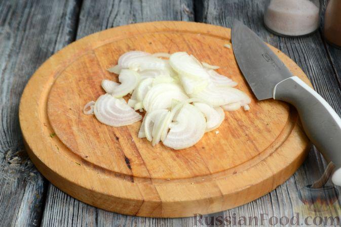 Фото приготовления рецепта: Салат с кальмарами, жареными шампиньонами, луком и яйцами - шаг №11