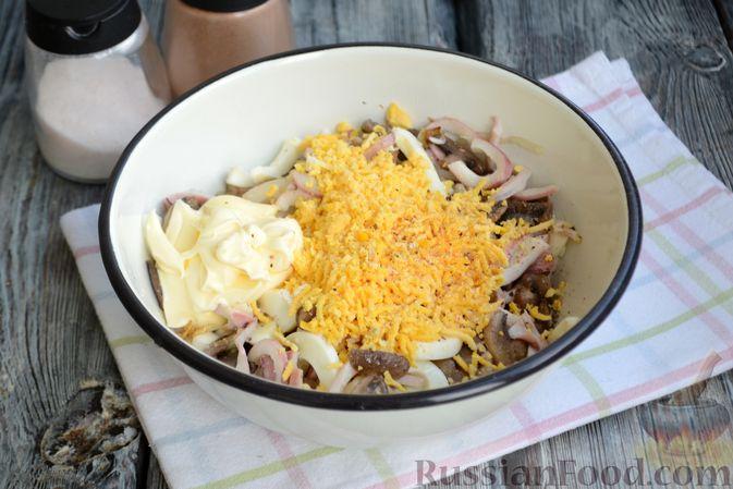 Фото приготовления рецепта: Салат с кальмарами, жареными шампиньонами, луком и яйцами - шаг №15