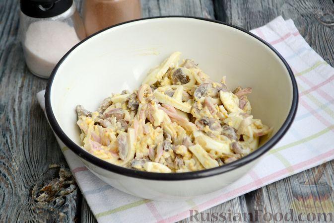 Фото приготовления рецепта: Салат с кальмарами, жареными шампиньонами, луком и яйцами - шаг №16