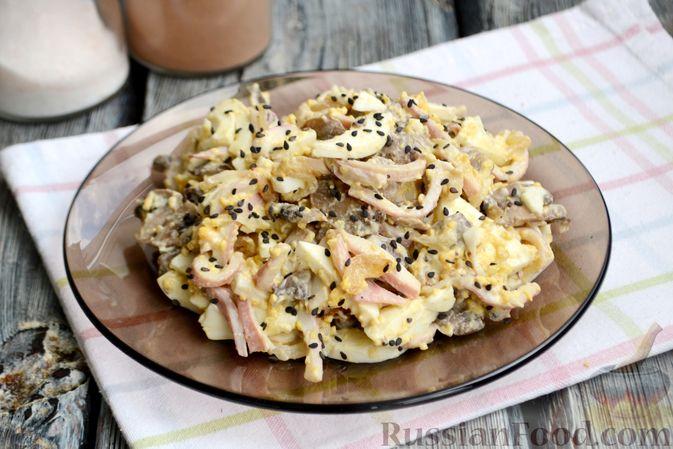 Фото приготовления рецепта: Салат с кальмарами, жареными шампиньонами, луком и яйцами - шаг №17