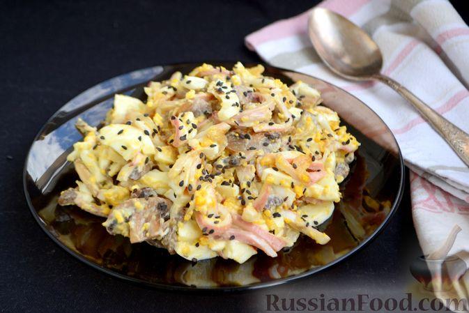 Фото приготовления рецепта: Салат с кальмарами, жареными шампиньонами, луком и яйцами - шаг №18