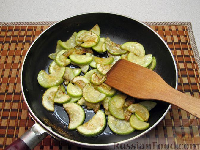 Фото приготовления рецепта: Кабачки, тушенные в томатном соусе - шаг №4