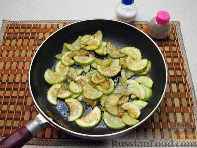 Фото приготовления рецепта: Кабачки, тушенные в томатном соусе - шаг №5
