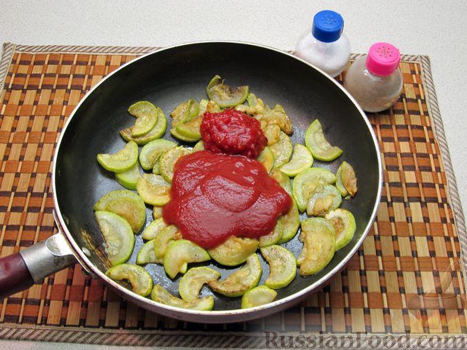 Фото приготовления рецепта: Кабачки, тушенные в томатном соусе - шаг №6