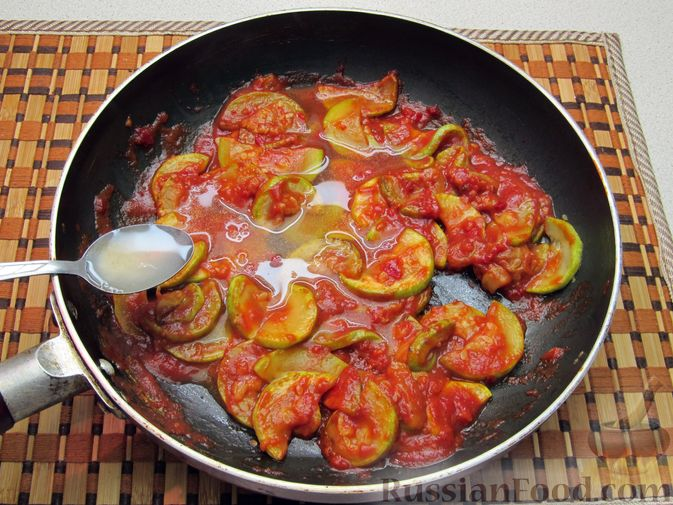 Фото приготовления рецепта: Кабачки, тушенные в томатном соусе - шаг №8