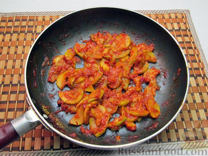 Фото приготовления рецепта: Кабачки, тушенные в томатном соусе - шаг №10
