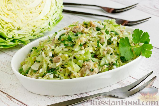 Фото к рецепту: Салат из молодой капусты с тунцом, огурцами и яйцами