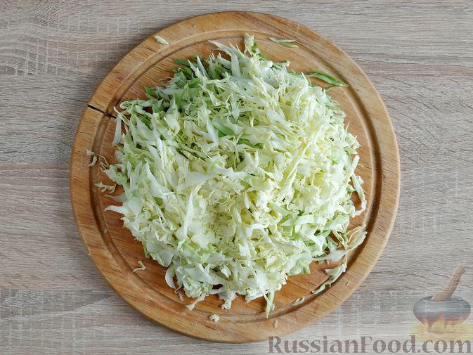 Фото приготовления рецепта: Салат из молодой капусты с тунцом, огурцами и яйцами - шаг №3