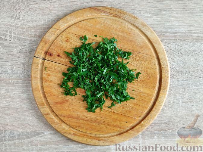 Фото приготовления рецепта: Салат из молодой капусты с тунцом, огурцами и яйцами - шаг №6