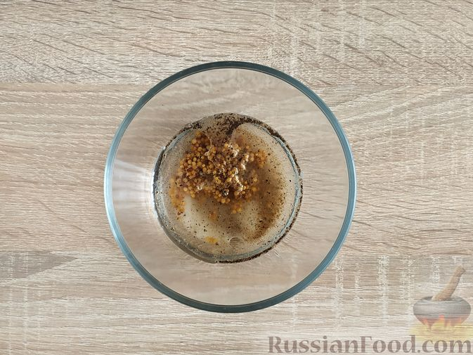 Фото приготовления рецепта: Салат из молодой капусты с тунцом, огурцами и яйцами - шаг №10