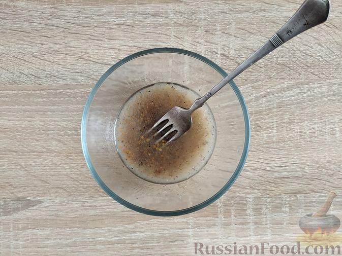 Фото приготовления рецепта: Салат из молодой капусты с тунцом, огурцами и яйцами - шаг №11