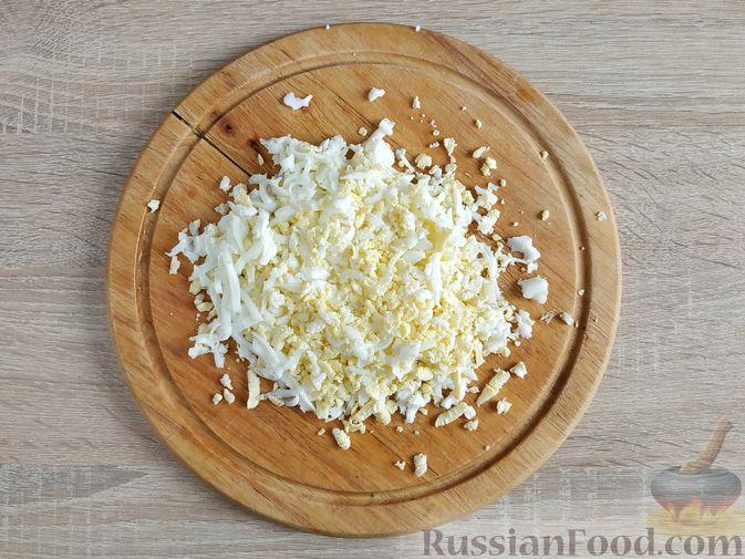 Фото приготовления рецепта: Салат из молодой капусты с тунцом, огурцами и яйцами - шаг №2