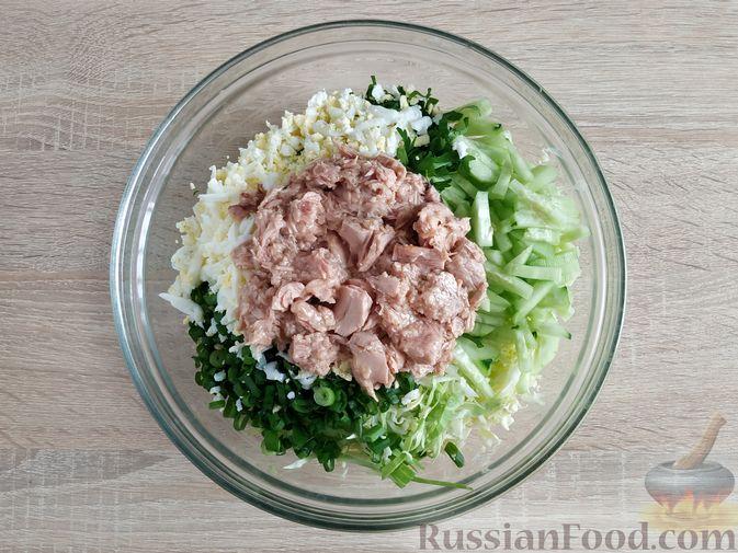 Фото приготовления рецепта: Салат из молодой капусты с тунцом, огурцами и яйцами - шаг №8