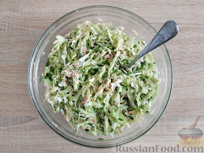 Фото приготовления рецепта: Салат из молодой капусты с тунцом, огурцами и яйцами - шаг №9