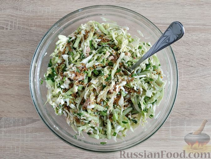 Фото приготовления рецепта: Салат из молодой капусты с тунцом, огурцами и яйцами - шаг №12