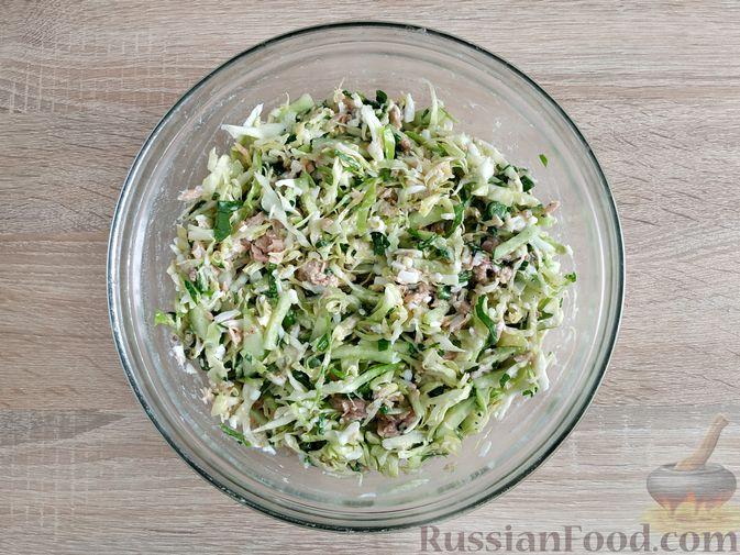 Фото приготовления рецепта: Салат из молодой капусты с тунцом, огурцами и яйцами - шаг №13