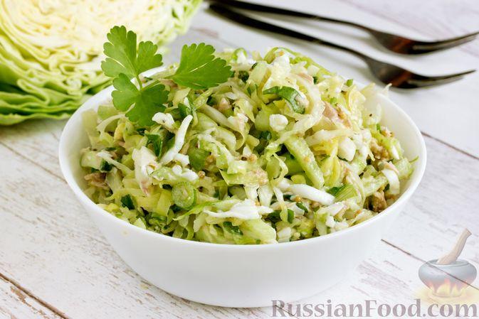 Фото приготовления рецепта: Салат из молодой капусты с тунцом, огурцами и яйцами - шаг №14