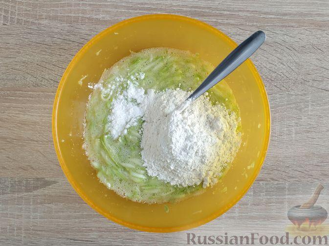 Фото приготовления рецепта: Сладкие оладьи из кабачков - шаг №5