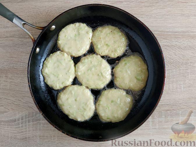 Фото приготовления рецепта: Сладкие оладьи из кабачков - шаг №7