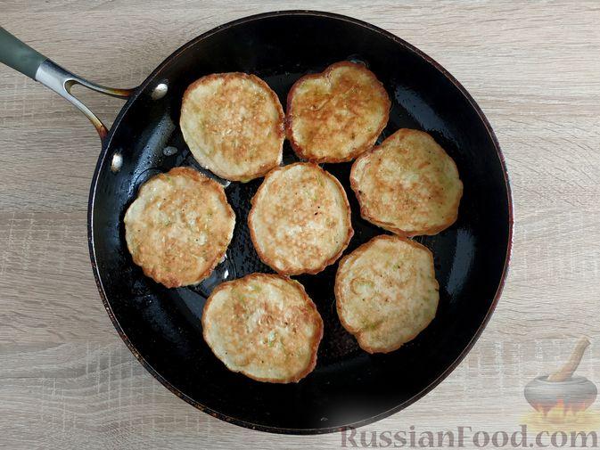 Фото приготовления рецепта: Сладкие оладьи из кабачков - шаг №8