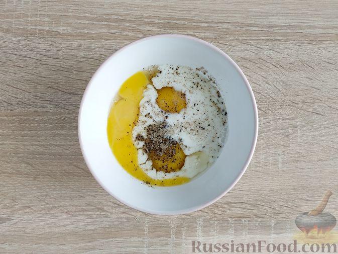 Фото приготовления рецепта: Омлет с кабачком и колбасой (в духовке) - шаг №7