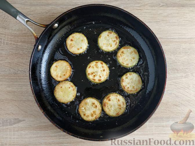 Фото приготовления рецепта: Омлет с кабачком и колбасой (в духовке) - шаг №4