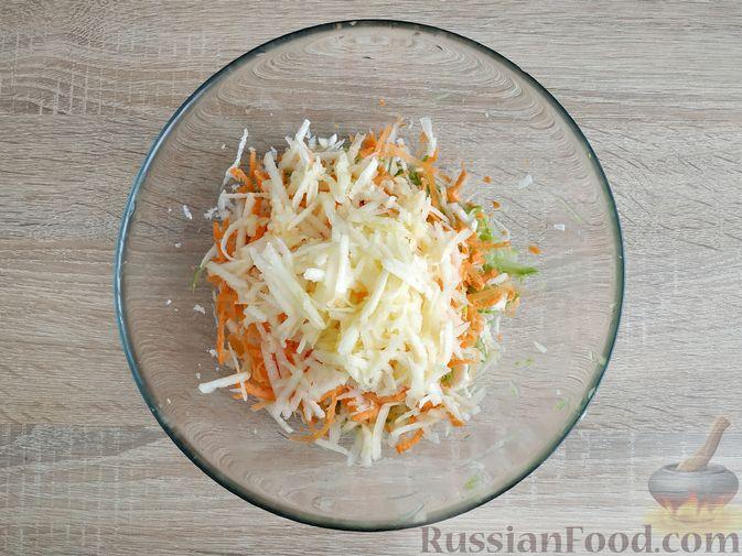 Фото приготовления рецепта: Оладьи из кабачка, моркови, сельдерея и яблока - шаг №5