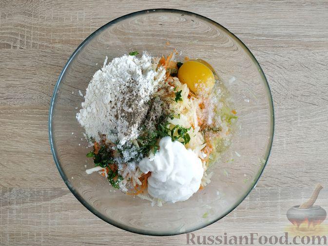 Фото приготовления рецепта: Оладьи из кабачка, моркови, сельдерея и яблока - шаг №7