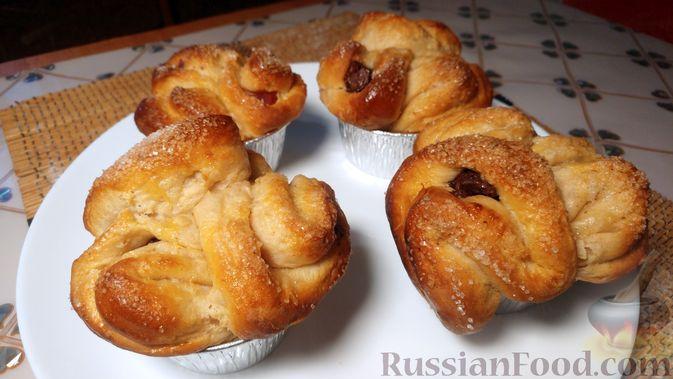Фото к рецепту: Дрожжевые булочки с шоколадной начинкой, цедрой лимона и имбирём