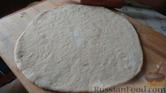 Фото приготовления рецепта: Дрожжевые булочки с шоколадной начинкой, цедрой лимона и имбирём - шаг №11