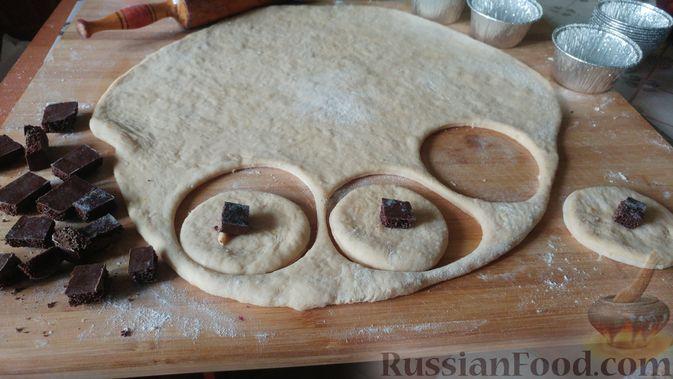 Фото приготовления рецепта: Дрожжевые булочки с шоколадной начинкой, цедрой лимона и имбирём - шаг №13