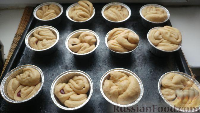 Фото приготовления рецепта: Дрожжевые булочки с шоколадной начинкой, цедрой лимона и имбирём - шаг №14
