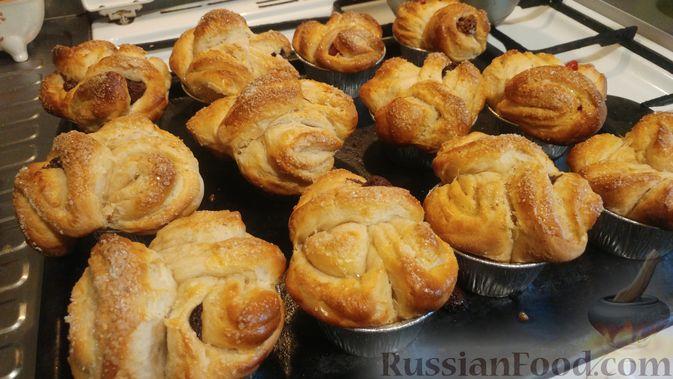 Фото приготовления рецепта: Дрожжевые булочки с шоколадной начинкой, цедрой лимона и имбирём - шаг №16