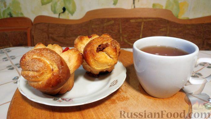 Фото приготовления рецепта: Дрожжевые булочки с шоколадной начинкой, цедрой лимона и имбирём - шаг №17