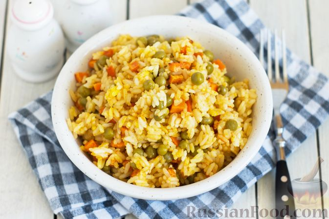 Фото к рецепту: Рис с морковью и консервированным горошком