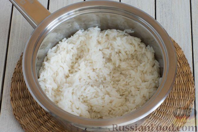 Фото приготовления рецепта: Рис с морковью и консервированным горошком - шаг №2