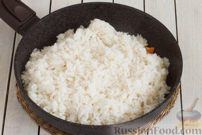 Фото приготовления рецепта: Рис с морковью и консервированным горошком - шаг №4