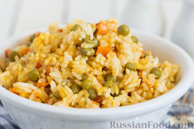 Фото приготовления рецепта: Рис с морковью и консервированным горошком - шаг №8