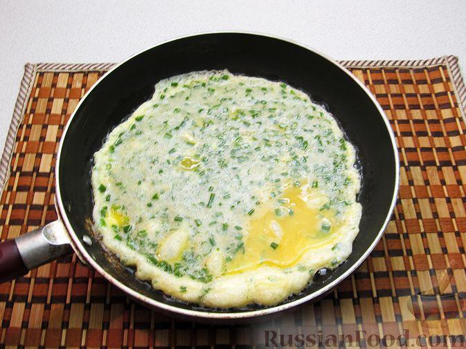 Фото приготовления рецепта: Яичница с зелёным луком - шаг №6