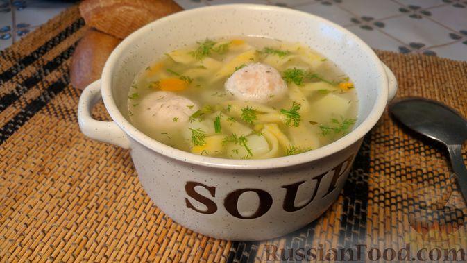 Фото к рецепту: Суп с фрикадельками, морковной лапшой и горошком