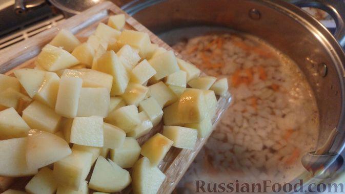 Фото приготовления рецепта: Суп с фрикадельками, морковной лапшой и горошком - шаг №17