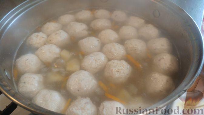 Фото приготовления рецепта: Суп с фрикадельками, морковной лапшой и горошком - шаг №21