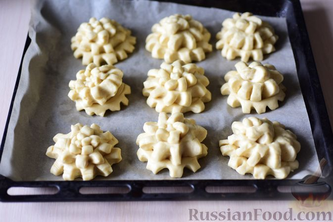 """Фото приготовления рецепта: Сдобные булочки """"Шишки"""" - шаг №17"""