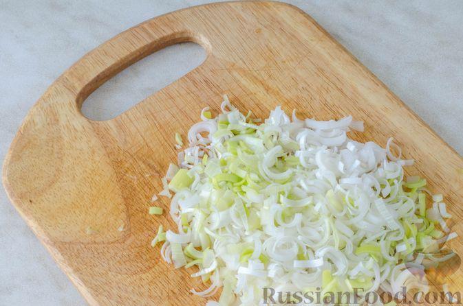 Фото приготовления рецепта: Луковый суп с плавленым сыром - шаг №6