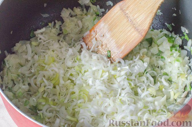 Фото приготовления рецепта: Луковый суп с плавленым сыром - шаг №7