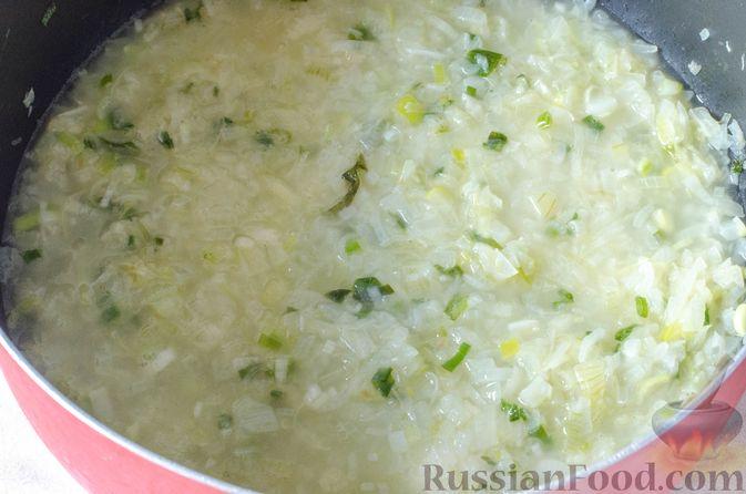 Фото приготовления рецепта: Луковый суп с плавленым сыром - шаг №8