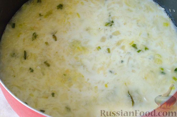 Фото приготовления рецепта: Луковый суп с плавленым сыром - шаг №9