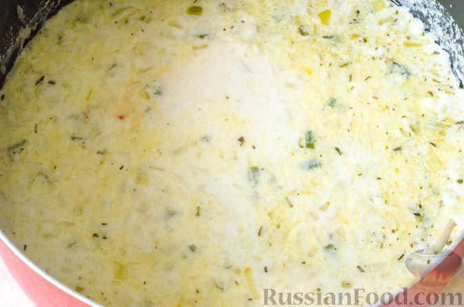 Фото приготовления рецепта: Луковый суп с плавленым сыром - шаг №13