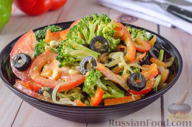 Фото к рецепту: Салат из брокколи и помидоров, с перцем, маслинами и песто