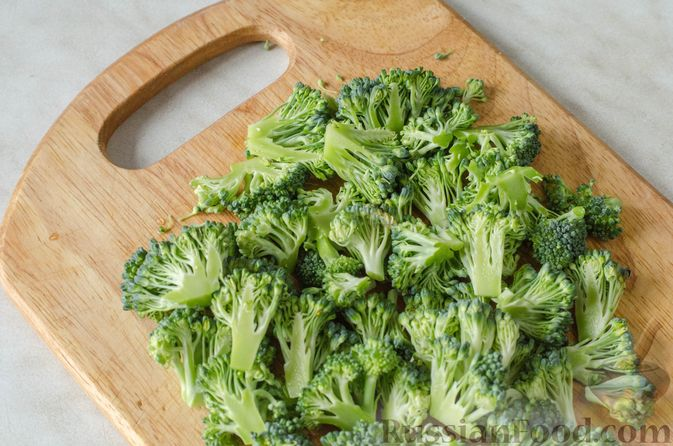 Фото приготовления рецепта: Салат из брокколи и помидоров, с перцем, маслинами и песто - шаг №4